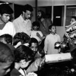 Crianças visitam  IU em - 10-08-1995